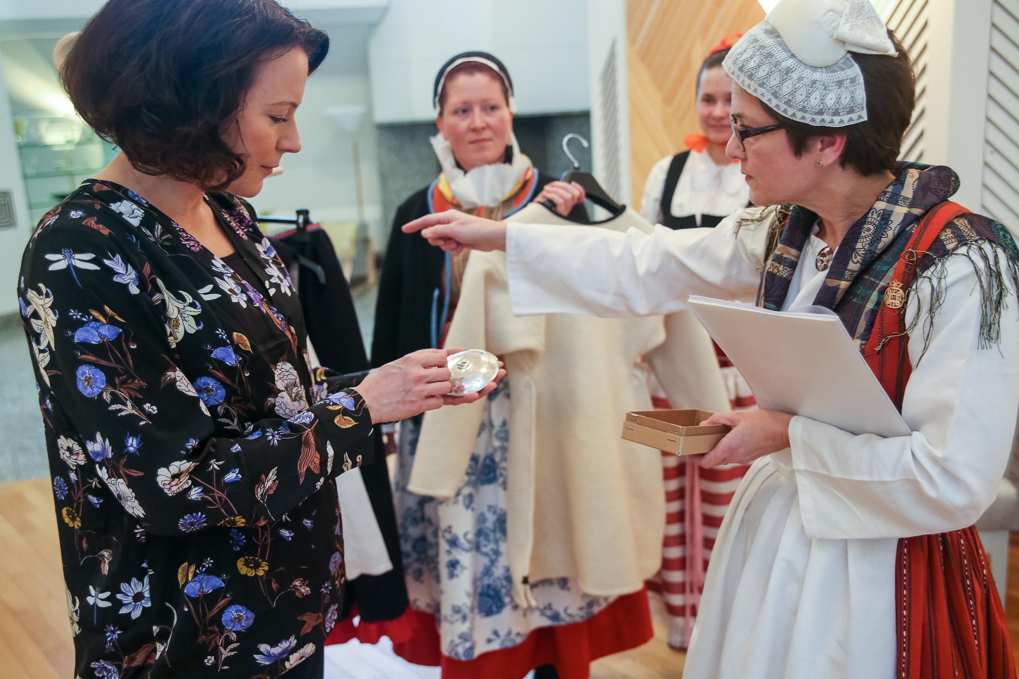 Rouva Haukiolle lahjoitettiin Jääsken kansallispuku